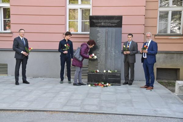 Stilles Gedenken bei der Stele vor dem Landesgericht Klagenfurt /Celovec