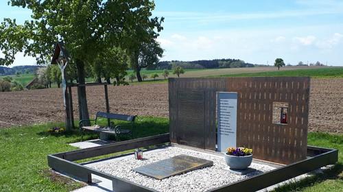 Neues antifaschistisches Mahnmal ersetzt Waffen-SS-Denkmal in Stillfüssing