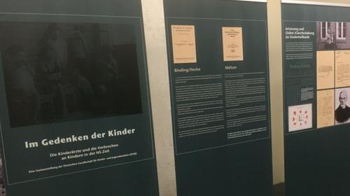 """Ausstellung """"Im Gedenken der Kinder"""" Ausstellung zu Kinderärzt*innen und Verbrechen an Kindern in der Zeit des Nationalsozialismus"""