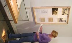 Teil der ergänzenden Ausstellung: Virtrine mit Schulkatalogen aus den 1930er Jahren, Bild- und Informationstafeln, biografische Kurztexte