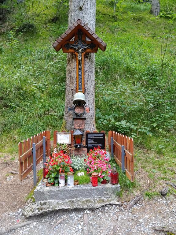 Die Gedenkstätte im Imster Putzenwald mit Hinweistafeln, dass die Erschossenen SS-Männer waren (© Sabine Schuchter)