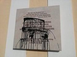 Anfang 2015 wurde die Gedenktafel für die Bücherverbrennung beschmiert (© Plattform gegen Rechts)