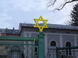 Anfang 2013 wurde der Davidstern vor der Synagoge in Salzburg mit gelber Farbe beschmiert (© Plattform gegen Rechts)