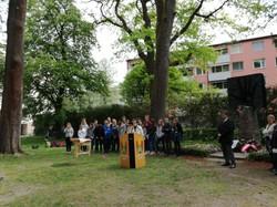 Unsere Obfrau MRin Maga. Martina Maschke bei einer Gedenkfeier beim Roma/Romnja- und Sinti/Sintize-Denkmal am Ignaz-Rieder-Kai. (© Robert Obermair)