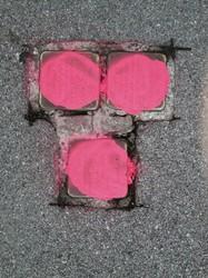Drei der zahlreichen Stolpersteine, die 2013 verunstaltet oder beschädigt wurden (© Plattform gegen Rechts)