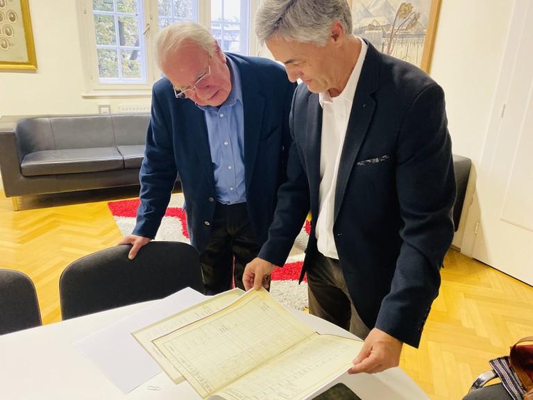 Richard Benson blättert im Katalog seines Vaters an der HAK ( links)