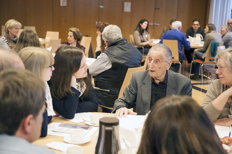 Gespräche mit Zeitzeuginnen und Zeitzeugen sind für Schülerinnen und Schüler wertvolle Erfahrungen