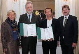 Landesrätin Kristina Edlinger-Ploder (links) mit Peter Scherrer, Vizerektor für Forschung und Nachwuchsförderung der Uni Graz (rechts) verleihen den Erzherzog-Johann-Forschungspreis an Heimo Halbrainer (2. v. rechts)ks).)