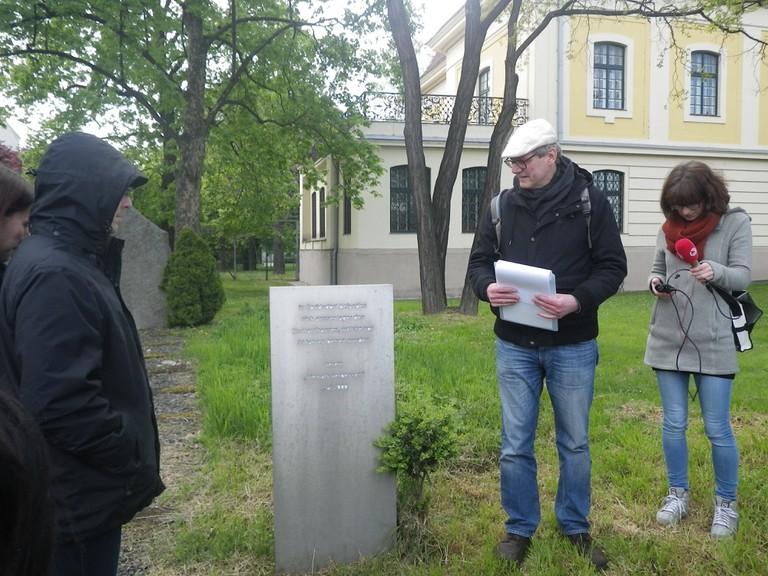 Martin Krist und eine Gruppe von LehrerInnen und Interessierten in Wien-Floridsdorf