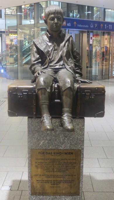 """Denkmal """"Für das Kind - Rettung jüdischer und nichtjüdischer Kinder 1938"""" am Wiener  Westbahnhof. (Foto: Wien Wiki)"""