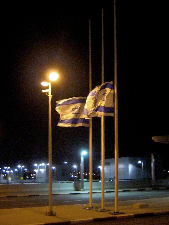 Israels Fahnen wehen am Jom Hashoah auf Halbmast. (CC BY-SA 2.0 Joe Goldberg)