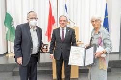 Übergabe der Urkunde an Klaus Hoffer und Sigird Grosser durch den Botschafter des Staates Israel, Mordechai Rodgold. (Foto: IKG Graz)