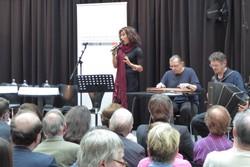 Andrea Eckert (Gesang) und Walter Soyka (Ziehharmonika) spielen ein Lied von Hermann Leopoldi