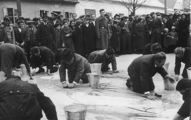 """Eine sog. """"Reibepartie"""" in Stockerau im März 1938."""