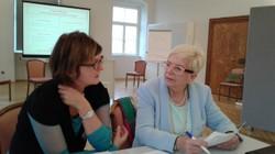 Katja Sturm-Schnabl im Gespräch während des Workshops zu Fluchtbiographien