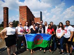 Martina Maschke mit AktivistInnen des Romano Centro in der Gedenkstätte Auschwitz II
