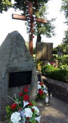 Denkmal in Szurowa: 1965 errichtet, das erste Denkmal für die während des Holocaust ermordeten Roma.