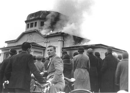 ZuseherInnen vor der brennenden Zeremonienhalle auf dem jüdischen Friedhof Graz, 10.November 1938 (Foto: Universalmuseum Joanneum Graz/ Multimediale Sammlungen)