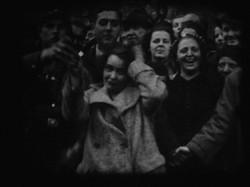"""Amateuraufnahme Österreich 1938: Der Mob schaut zu: """"Reibpartie"""" in Wien. Österreichisches Filmmuseum. Unpubliziertes Filmmaterial. Archivtitel: (Österr. 3. Reich), Signatur 0011-12-0017. (Petschar 2008, S. 12-14) Zum Vergrößern: anklicken."""
