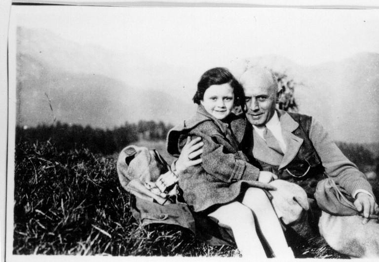 Ilse Brüll mit ihrem Vater Rudolf. Sie besuchte den jüdischen Religionsunterricht im Gymnasium Sillgasse und wurde in Auschwitz ermordet.