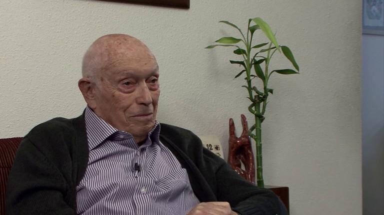 """Gideon Eckhaus beim Videointerview für das ZeitzeugInnenprojekt """"Neue Heimat Israel"""" in seiner Wohnung in Tel Aviv (2009)."""