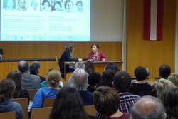 Gertraud Fletzberger spricht mit Projektleiterin Maria Ecker-Angerer über ihr Video-Interview auf ueber-leben.at.