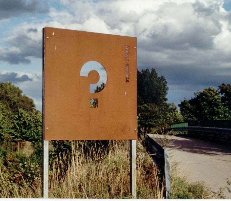 Eine der insgesamt sechs vom Kremser Künstler Christian Gmeiner entworfenen Stahltafeln, die am  5. Mai 2000 der Öffentlichkeit übergeben wurden.