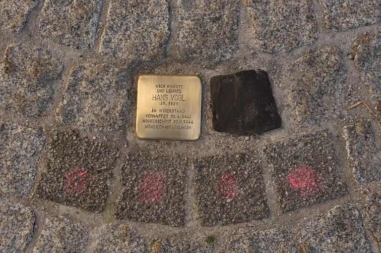 Stolperstein für Hans Vogl, schwarzer Stein als Symbol für das nicht verlegte Erinnerungszeichen für Hilde Vogl, graue Steine für die vier Kinder des Ehepaars Vogl (Stefan Hechl).jpeg