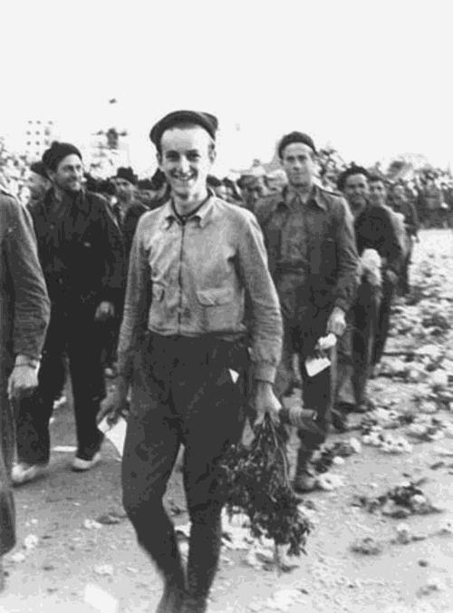 Hans Landauer (im Vordergrund) bei der Verabschiedung der Internationalen Brigaden am 28. Oktober 1938 in Barcelona   Foto: DÖW, Spanien-Dokumentation  (Aufnahme: Agusti Centelles, Barcelona)