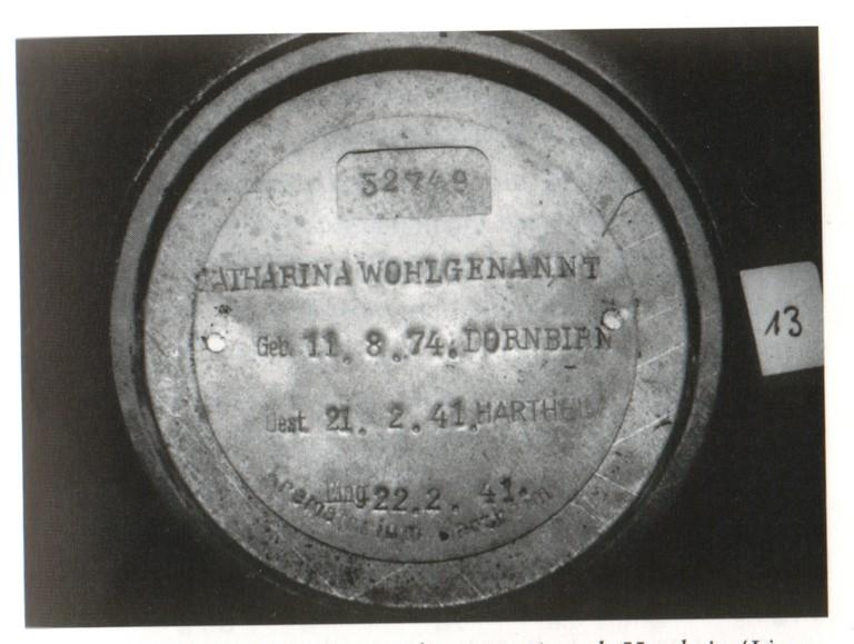 """Deckel einer Urne aus der """"Euthanasie""""-Anstalt Hartheim"""