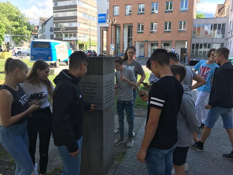 Schülerinnen und Schüler einer MS besuchen das Denkmal für die Dornbirner NS-Opfer.