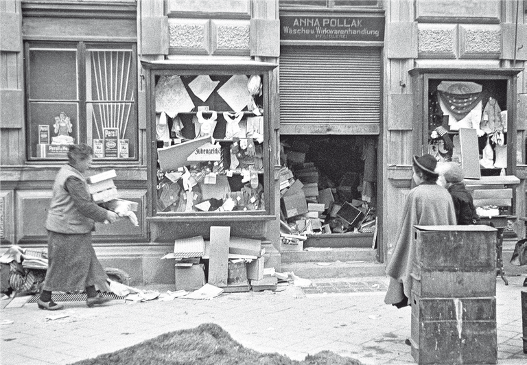 Das von antisemitischen Randalierern zerstörte Geschäft von Anna Pollak in den Tagen nach dem Pogrom. Bildnachweis: Stadt Archiv Salzburg.