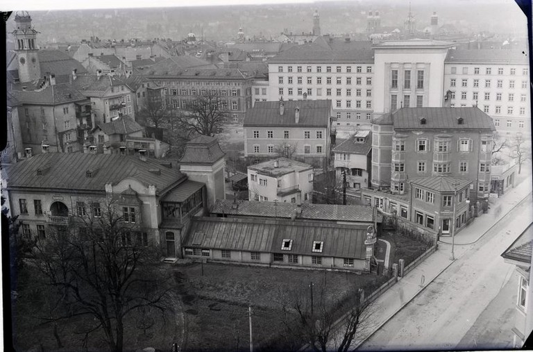 Das Landhaus nach seiner Errichtung in der NS-Zeit. Die Häuser wurden nach Bombardierungen und dem Bau des Befreiungsdenkmals abgetragen. (Foto Stadtarchiv Innsbruck).jpg