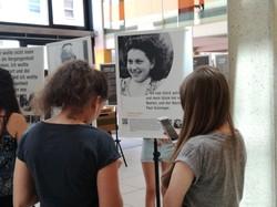 Mittels QR-Code auf den Ausstellungstafeln gelangen SchülerInnen zu den Video-Interviews mit den ZeitzeugInnen.