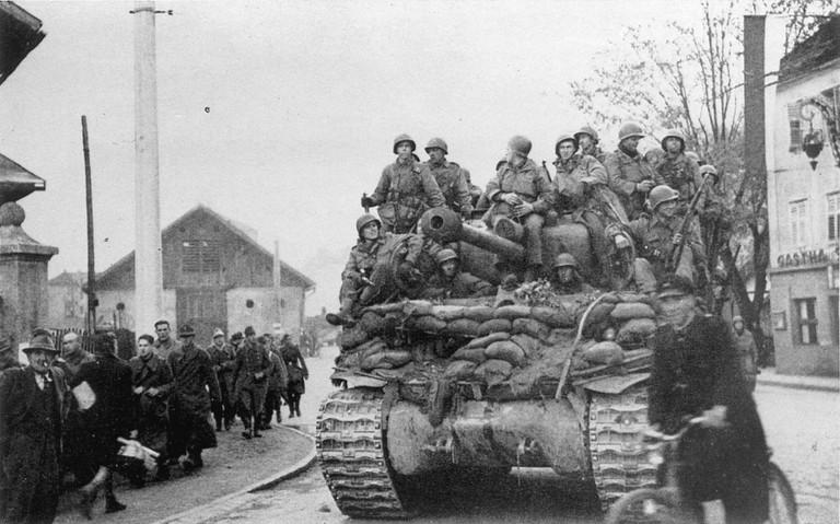 Die Alliierten befreien Tirol. Einmarsch von US-Truppen am Abend des 3.5.1945 (© Stadtarchiv Innsbruck).