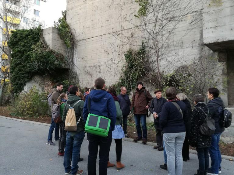 Eine Exkursion des Zentralen Seminars besuchte Spuren der Konzentrationslager und NS-Zwangsarbeit in Wien, hier zusehen vor einer Bunkeranlage in Floridsdorf.