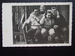 Jägers Bruder Benno mir Freunden. Benno Morawitz wurde als Widerstandskämpfer verhaftet und 1944 hingerichtet.