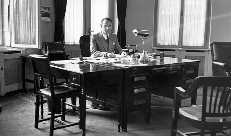 Carl Lutz 1943 in seinem Büro. (Bildquelle: Wikimedia Commons)