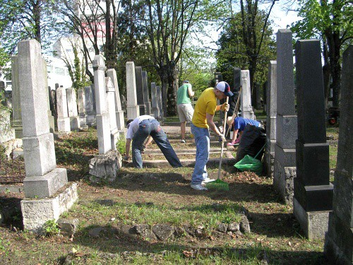 Kehrarbeiten eines Teams im südlichen Mittelteil des Friedhofes
