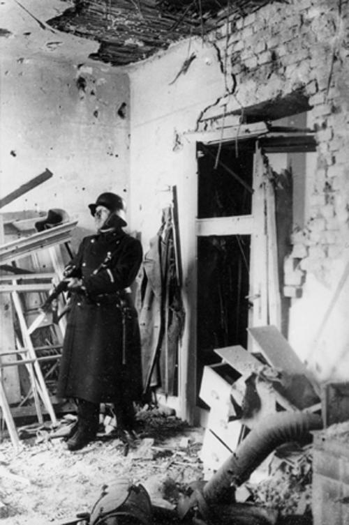 Steyr, Februar 1934: zerstörte Wohnung in der Arbeitersiedlung Ennsleite (DÖW Foto 5905)
