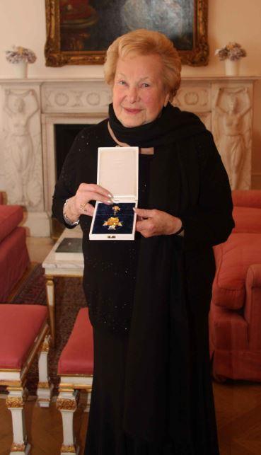 Dorli Neale bei der Verleihung des Ehrenkreuzes der Stadt Innsbruck in der österreichischen Botschaft in London, Februar 2012 (Foto: Michael Neale)