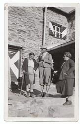 Dorli Neale mit ihren Eltern auf einer Hütte in Tirol (1930er Jahre)