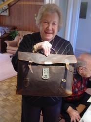 Dorli Neale mit ihrer alten innsbrucker Schultasche