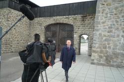 Martin Weiss, Holocaust-Überlebender, bei den Dreharbeiten in der Gedenkstätte Mauthausen. (Foto: ORF)