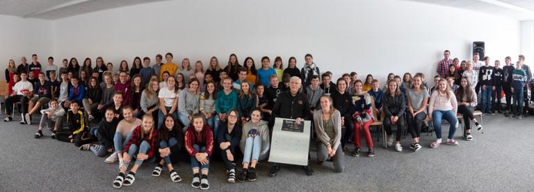 Herbert Traube mit den SchülerInnen der Mittelschule Thüringen. (Foto: Stephanie Dockal)