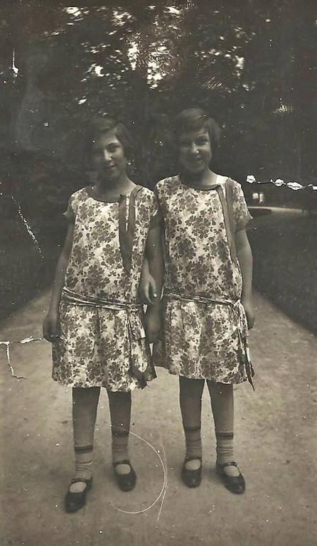 Erna und Käthe Krieser im Innsbrucker Hofgarten (Familienarchiv Levin)