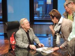 Abraham Gafnis/Erich Weinreb beim Signieren seiner Lebensgeschichte