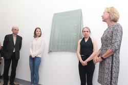 Schülerinnen enthüllen die Gedenktafel zusammen mit der Direktorin des Gymnasiums Kundmanngasse  Mag. Marion Waldmann