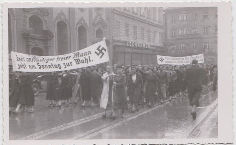 NS-Demonstration am 11.3.1938 in Innsbruck (Stadtarchiv Innsbruck)