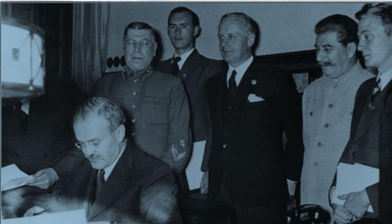 Am 23. August 1939 wurde der Deutsch-Sowjetische Nichtangriffspakt vom deutschen Reichsaußenminister Joachim von Ribbentrop und dem sowjetischen Volkskommissar für Auswärtige Angelegenheiten Molotov unterzeichnet